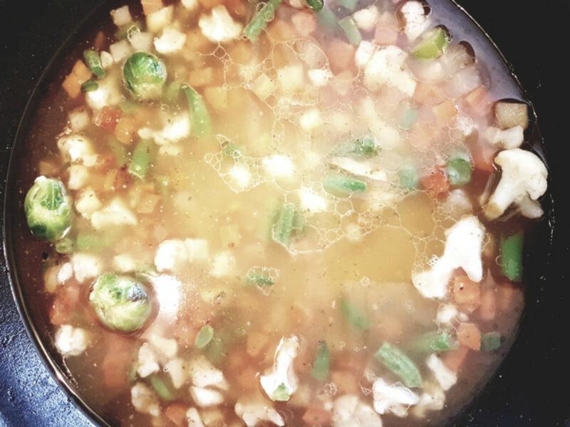 купаты на сковороде с овощами
